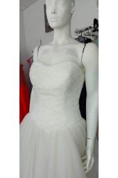 помпозна сватбена рокля с бюстие от камъчета