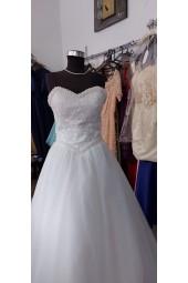 обемна булчинска рокля с декорация от перли и дантела