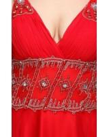 вечерна дизайнерска рокля с умерена декорация в насително червено