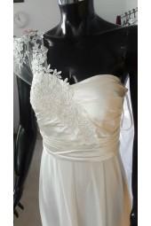 сватбена рокля с дантела и шлейф с един ръкав