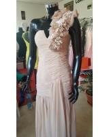 луксозна копринена рокля с едно рамо в шампанско
