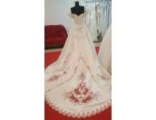 ултра обемна помпозна рокля с ръчно декорирана дантела и падащи рамена