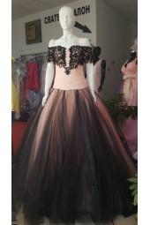 ултра обемна романтична рокля с падащи рамена от дантела и тюл