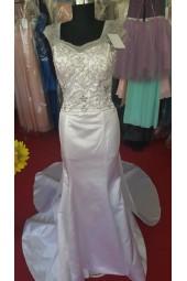 дълга сватбена рокля с полугол гръб и шлейф