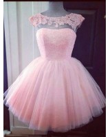 практична рокля от тюл в нежно розово декорирана с дантела