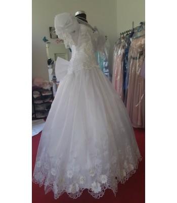 ултра обемна булчинска рокля в ретро стил с дантелени цветя и пандела