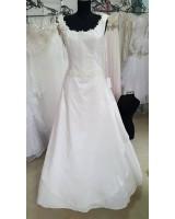 маркова сватбена рокля с обем декорирана с цветя в мини размери