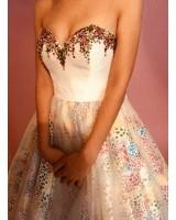 пъстра бална рокля с кристали и креативен дизайн