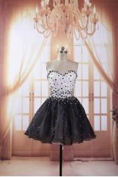къса рокля с обем и камъни