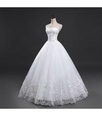 приказна булчинска рокля декорирана с дантела и кристали