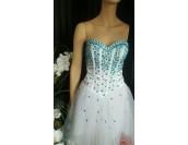 нестандарта бална сватбена рокля с орнаментация от сини кристали