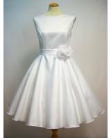къса вталена рокля от сатен с цвете в гама по желание