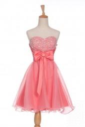 къса бална рокля със сърцевиден дизайн и панделка