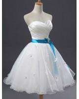 луксозна бяла рокля със сатенено коланче и дантелени цветя