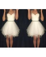 луксозна бяла рокля с декоративни кристали и тънки презрамки