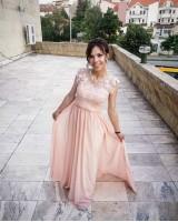 красива разкроена рокля декорирана с едра дантела на ниска цена