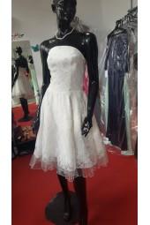 къса сватбена рокля от дантела декорирана с перли