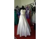 обемна сватбена рокля с шлейф в бяло или шампанско
