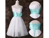 къса бална рокля в бяло със сияещ ефект