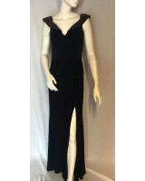 дизайнерска черна рокля с яка от камъни