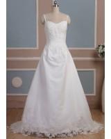 изчистена семла сватбена рокля с декорация от нежна дантела и мъниста