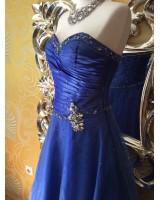 маркова бална рокля с обем в кралско синьо