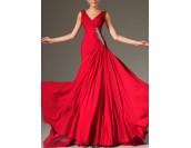 абитуриентска рокля в наситено червено с декоративни кристали и шлейф