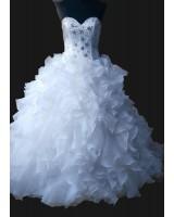 обемна булчинска рокля със сърцевиден дизайн и мъниста на връзки