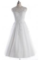 къса сватбена рокля декорирана с дантела и лек обем