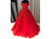 великолепна обемна рокля декорирана с дантела и падащи рамене