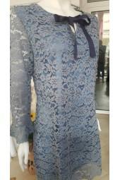 елегантна рокля от синя дантела с ръкави тромпет