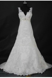 елегантна дантелена рокля с обем и семпла декорация