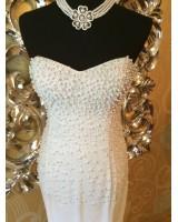 екстравагантна кремава рокля обсипана с перли