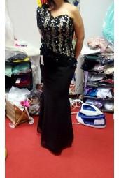 маркова вечерна рокля декорирана с дантела и един ръкав 2018