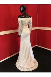 снежно бяла дантелена булчинска рокля с паднали рамене и ръкав