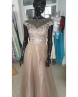 луксозна официална рокля в капучино с гол гръб и собствен обем