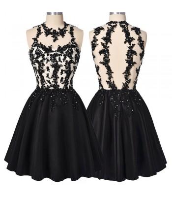 къса официална рокля декорирана с черна дантела