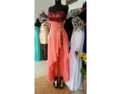 късо - дълга бална рокля с дантела и кристали в корал