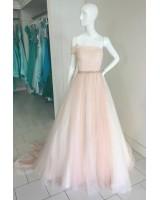 обемна бална рокля от тюл с едно рамо