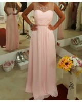 нежна официална рокля в розово декорирана с дантела