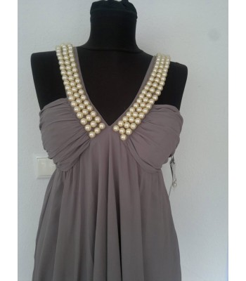 бутикова ултра елегантна рокля с наниз от перли и V - образен гръб