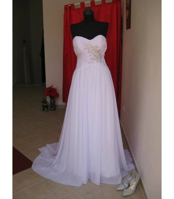 стилна булчинска рокля с кристална декорация