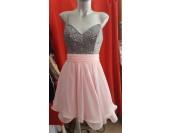 официална шаферска рокля със сияещ дизайн