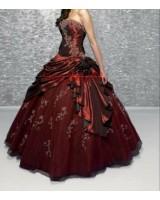 бална рокля с много обем в бордо