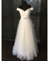изчистена сватбена рокля с падащи рамене от тюл