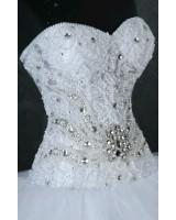 обемна булчинска рокля с ръчно декорирани камъни и мъниста