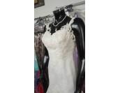 сватбена рокля тип русалка с френска дантела и връзки