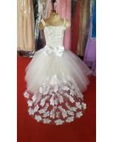 детска булчинска рокля с дантелени цветя и камъчета