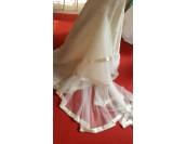 висококачествена булчинска рокля с бродирана дантела и шлейф от органза