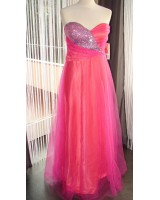 розова бутикова бална рокля със сияещ дизайн